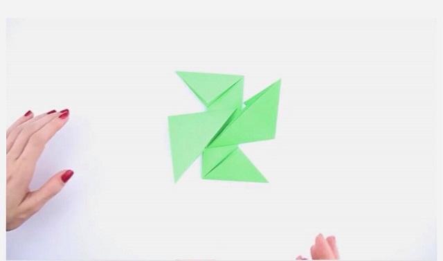 Đặt 2 miếng giấy xếp chồng lên nhau tạo thành chữ thập