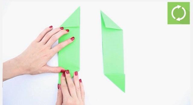 Gấp các đầu của tờ giấy tạo thành các hình tam giác ngược chiều nhau
