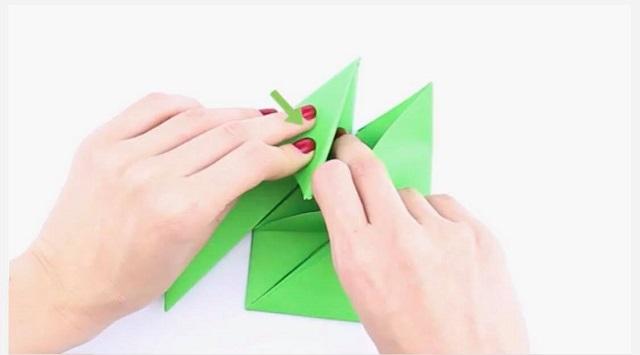 Nhét đỉnh tam giác vào khe giữa bên trong