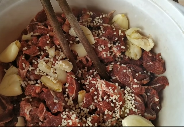 Thịt ngựa ướp đầy đủ với nước mắm, tiêu, bột ngọt, hạt nêm, muối, ớt băm, tỏi băm